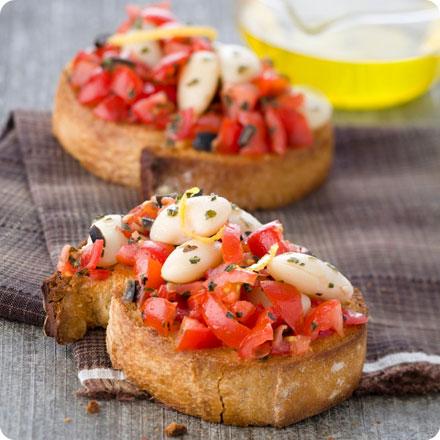 Recette végétarienne: Bruschetta aux haricots, piment, tomate et romarin