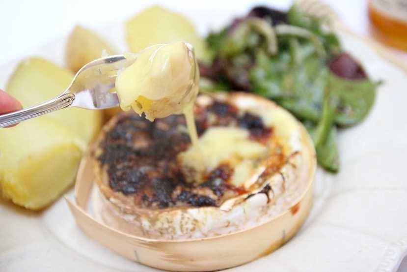 Fondue-de-Camembert-miel-et-noix