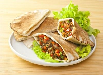 Recette végétarienne: Salade grecque et pain pita grillé
