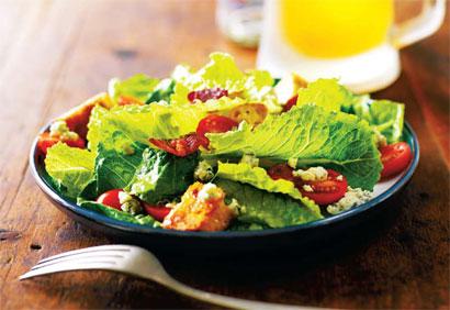 Recette végétarienne-Salade César aux légumes et croûtons à l'ail