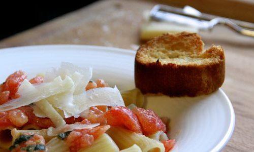 Recette végétarienne-Rigatonis aux tomates fraîches, piment, ail et basilic