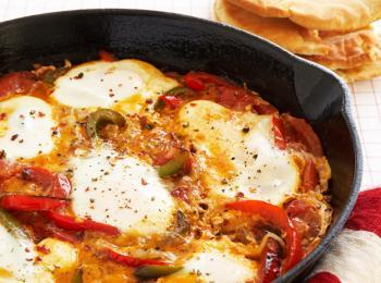 Recette végétarienne-Oeufs aux tomates et aux poivrons