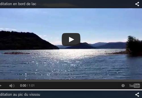 Méditation du monde au bord d'un lac
