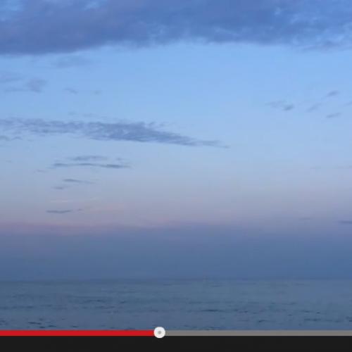 Méditation du monde en bord de mer