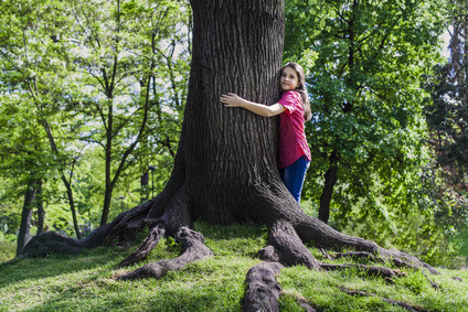 Girl embrace tree