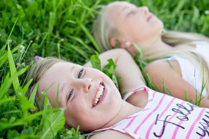 Zwei Mädchen geniessen das frische Gras
