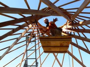 Stage de construction éco-dôme, charpente autoportée, toiture végétale