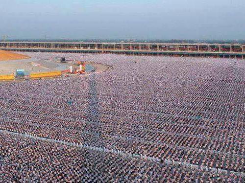 Pour la paix mondiale, 1 million d'enfants méditaient  au temple Phra Shammakaya en Thailande