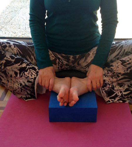 Yoga, baddha konasana au mur