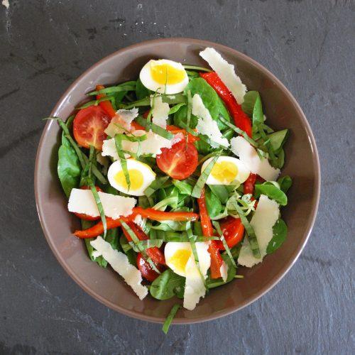 Recette végétarienne-Salade aux oeufs de caille et aux pousses d'épinard