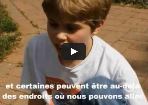 Un jeune garçon de neuf ans parle du sens de la vie et de l'univers